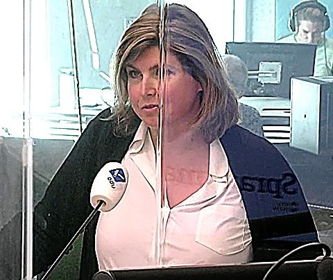 Angela de Jong slacht Rolf Wouters af op de radio