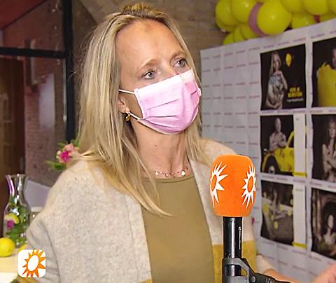 Floortje houdt mondkapje op tijdens tv-interview